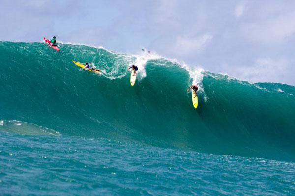 JJF (right) shares a wave with Mason Ho during the 2016 Eddie    Photo: WSL/Keoki